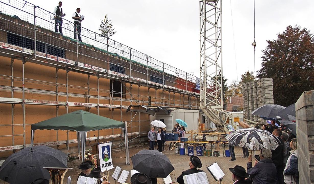 Richtfest auf der Baustelle: Die Sanie...n bald kann der Innenausbau beginnen.     Foto: Markus Donner