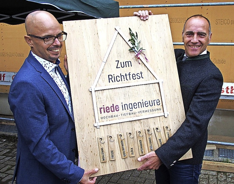 Bürgermeister Rudolf Schuler (rechts) ...nz Braun zum Richtfest beglückwünscht.    Foto: Markus Donner