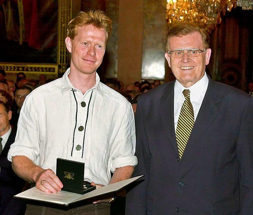 Im Jahr 2000 verlieh Erwin Teufel, der...medaille des Landes Baden-Württemberg.  | Foto: Wolf-Dieter Weißbach (dpa)