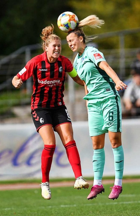 Rebecca Knaak (links) im Heimspiel gegen Hoffenheim Ende September    Foto: Patrick Seeger