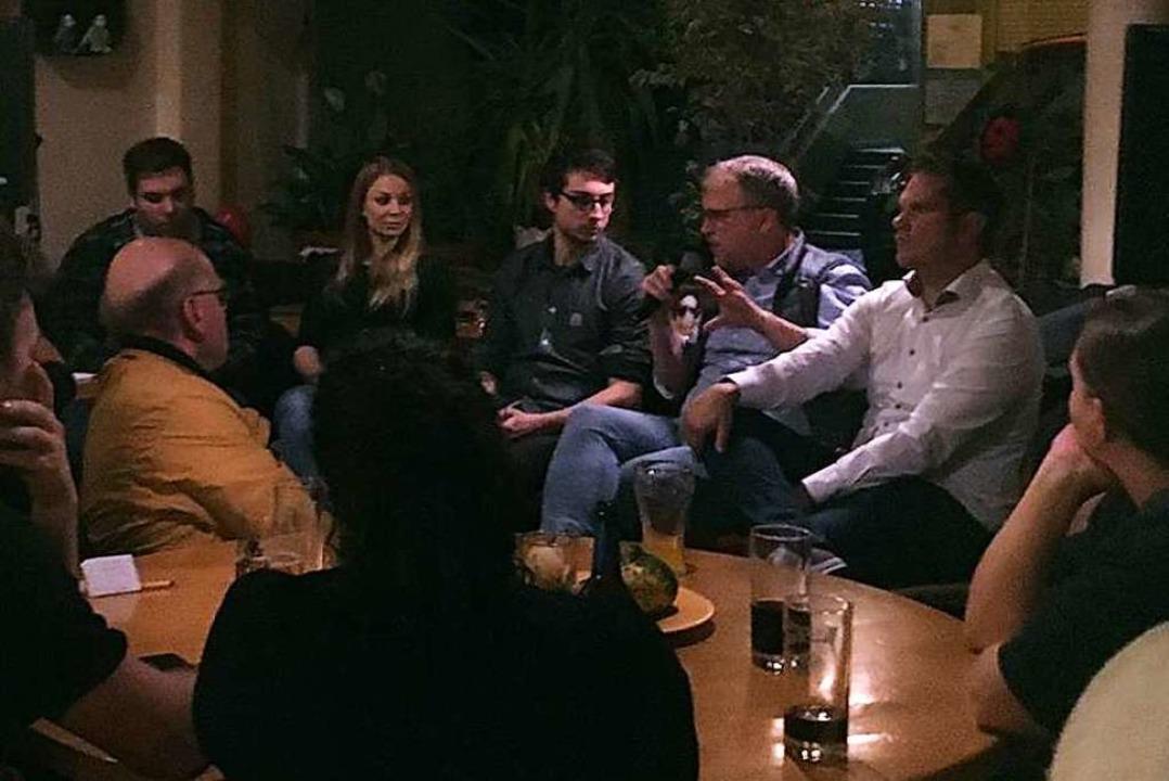 Moderator Christian Kröper, Esther Hau...sdienst) (von links) in der Bar Egon54  | Foto: Simon Waldenspuhl