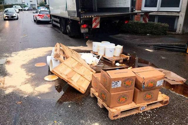 Palette mit Honig kippt um und führt zu Verkehrsbehinderungen