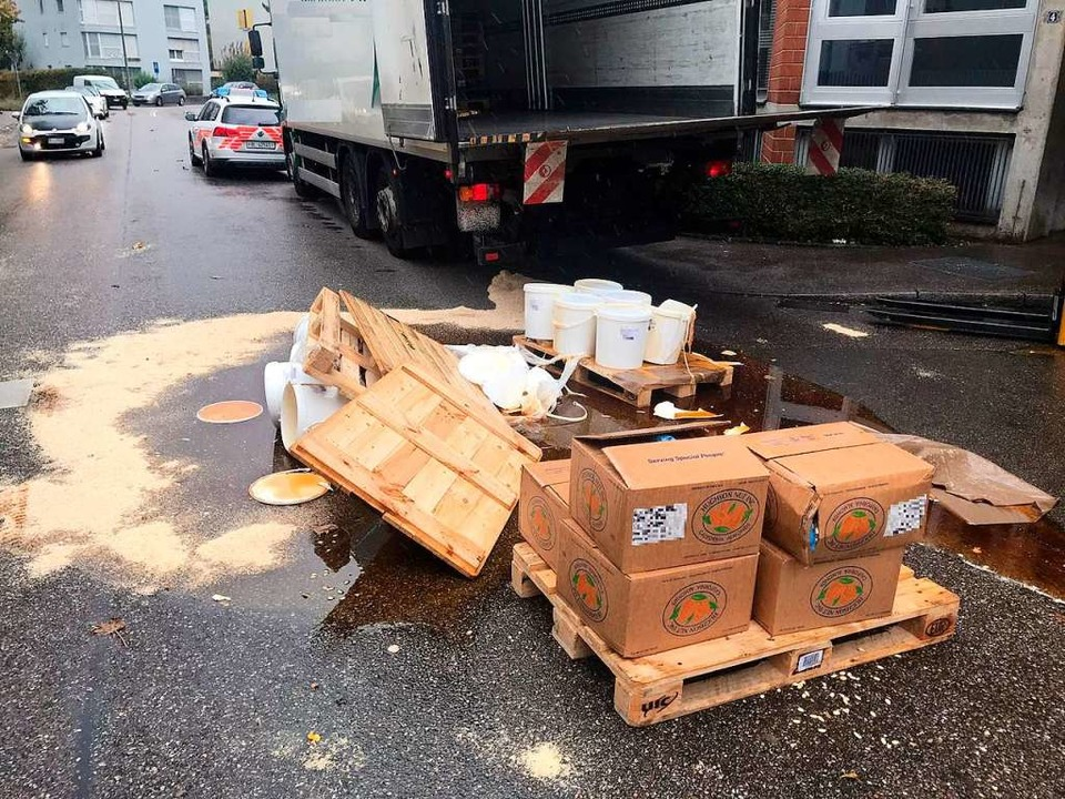Im Schweizerischen Birsfelden ist eine...tte mit 400 Kilogramm Honig umgekippt.  | Foto: Polizei Basel-Landschaft