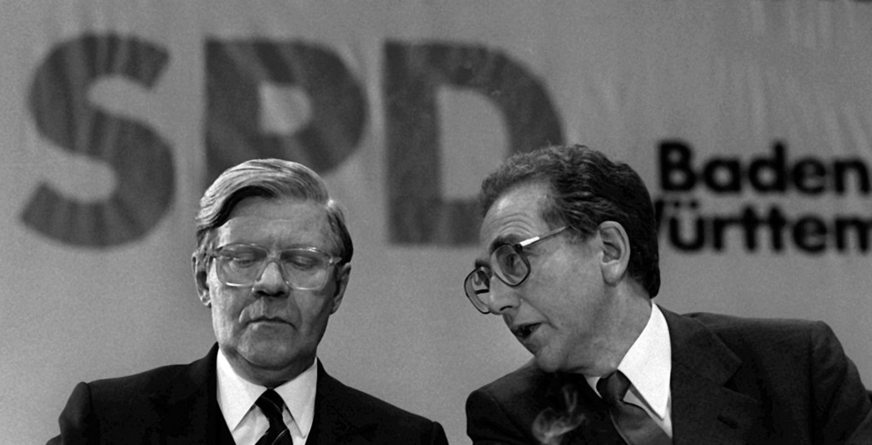 Eppler (l.) und der damalige Bundeskanzler Helmut Schmidt im Jahr 1980.  | Foto: Norbert Försterling (dpa)