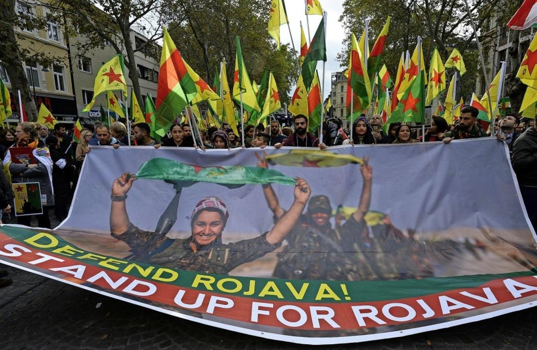 Fast täglich gehen die deutschen Kurde...tonomen Region  Rojava in Nordsyrien.   | Foto: Roberto Pfeil