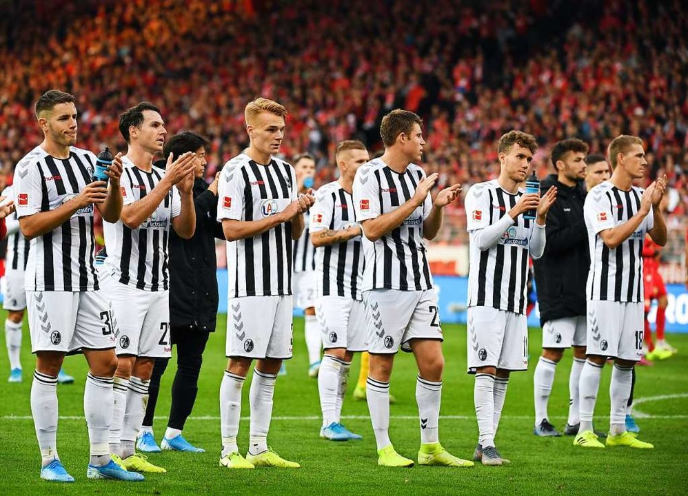Die SC-Spieler verabschieden sich von den mitgereisten Fans.  | Foto: Monika Skolimowska (dpa)