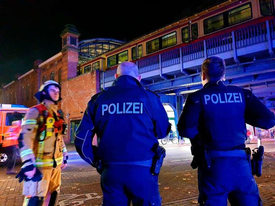 Großeinsatz in Berlin: Beim Bahnhof Be...ug mit Fans des SC Freiburg evakuiert.  | Foto: Julian Stähle (dpa)