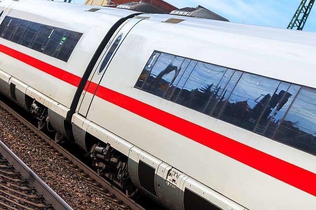 ICE-Fahrgast mit Reiseziel Freiburg droht Kontrolleur – Polizei findet Fleischerbeil