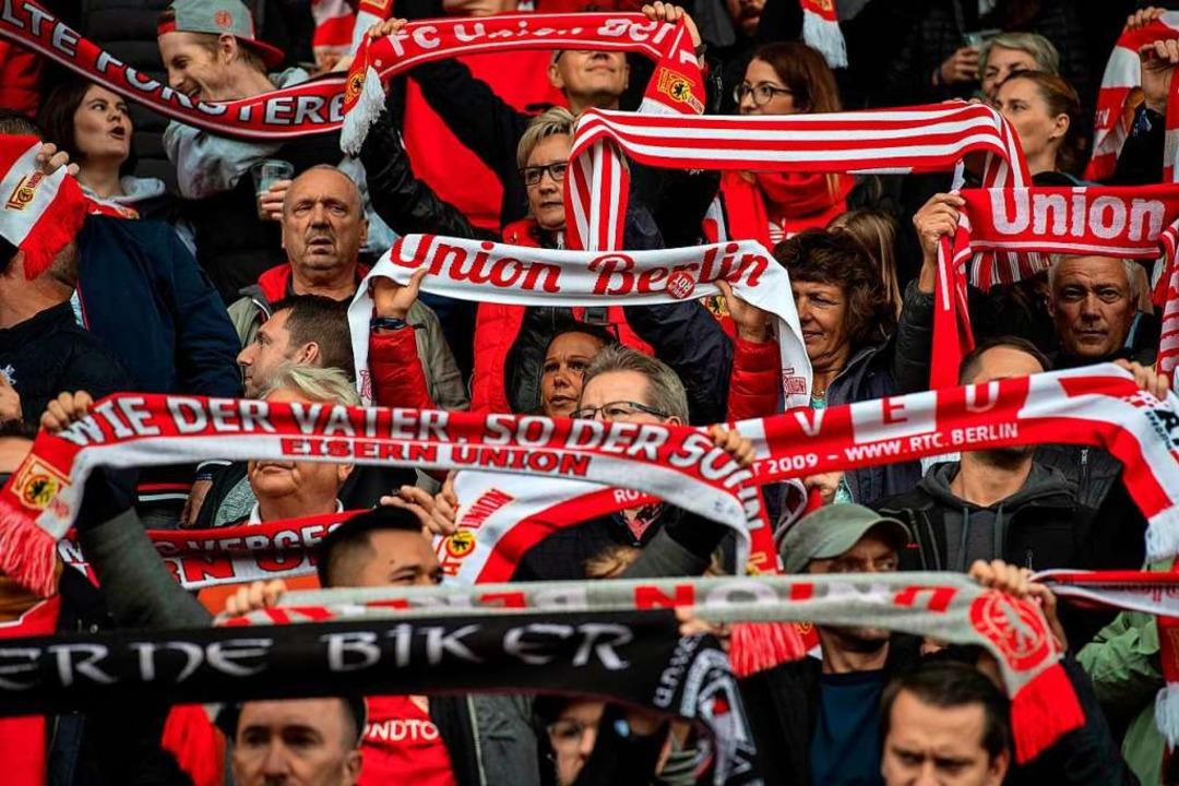Rauchfreier Support: Fans von Union Berlin.  | Foto: JOHN MACDOUGALL (AFP)