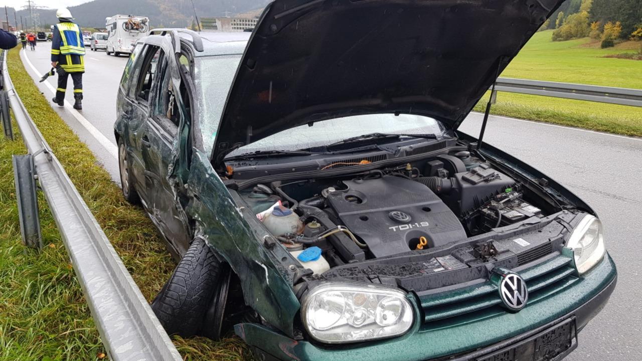 Alle acht Fahrzeuginsassen wurden dabei leicht verletzt.  | Foto: kamera24