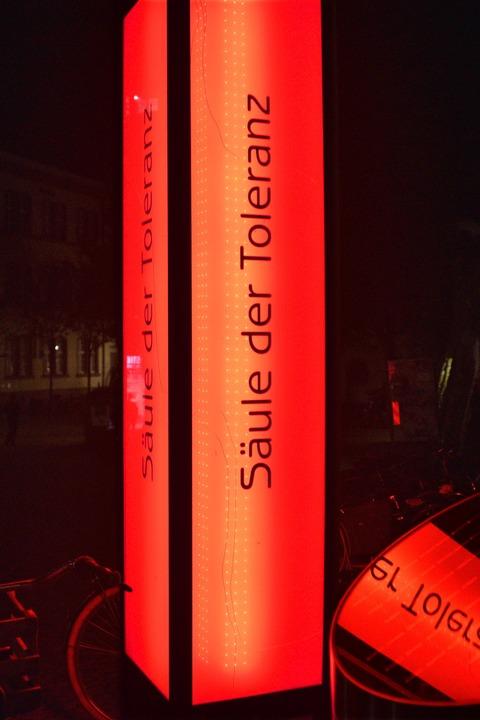 Die Säule der Toleranz braucht man im ...sie am Güterbahnhof besser aufgehoben.  | Foto: Thomas Kunz