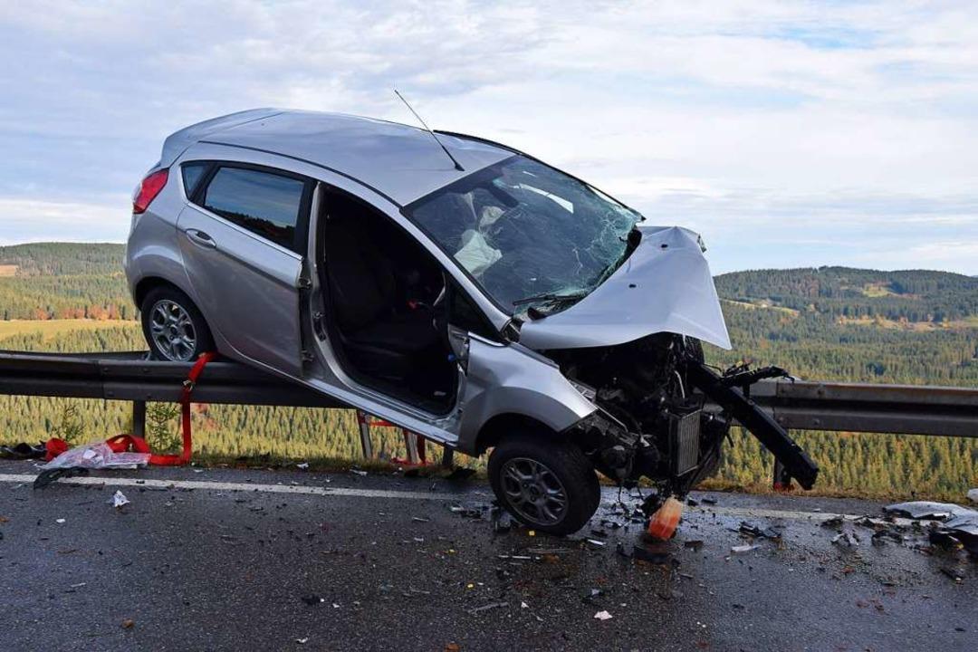 Eine Leitplanke und viel Glück verhind...rwehr aus ihrem Wagen befreit  werden.    Foto: kamera24