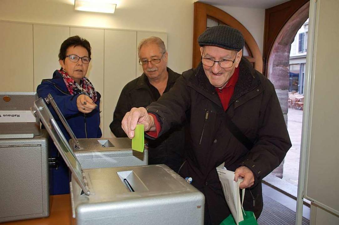 Zu den ersten Urnen-Gängern in Schweiz...ttel in die richtige Urne gelegt wird.  | Foto: Petra Wunderle