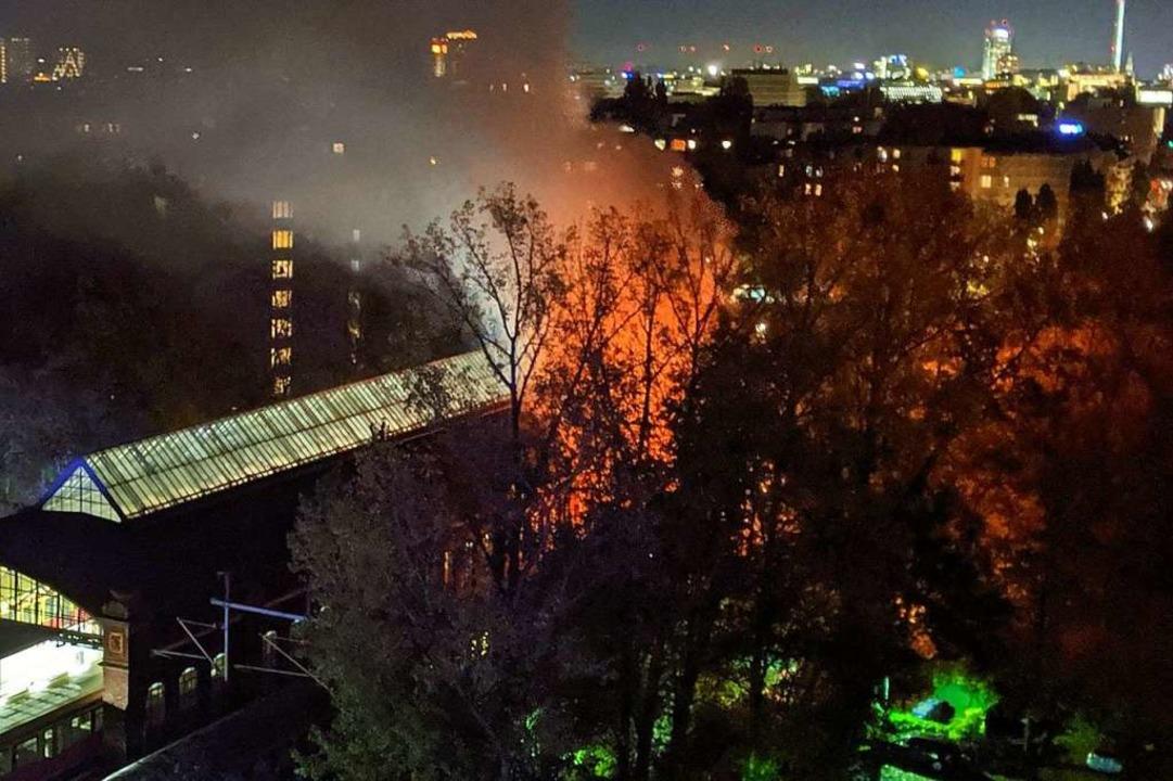 Ein Waggon des Zugs brennt vollständig aus.  | Foto: --- (dpa)