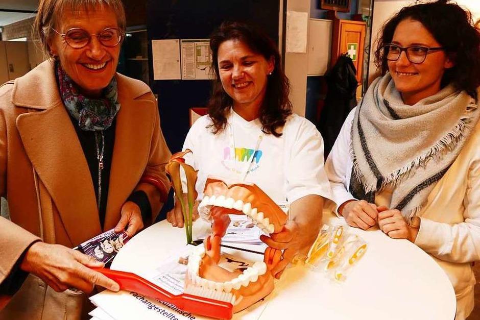 Landrätin Dorothea Störr-Ritter sorgt bei der Zahnärztekammer für Zahnhygiene. (Foto: Peter Stellmach)