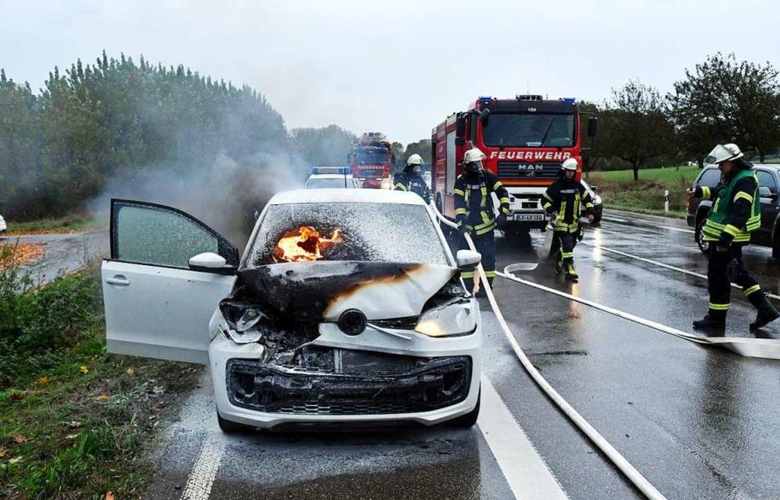 Die Feuerwehr löschte den Fahrzeugbrand.  | Foto: Wolfgang Künstle