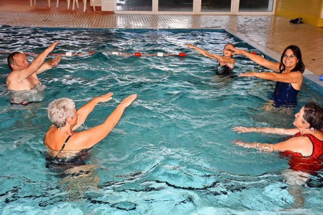 Das Hallenbad ist ein beliebter Treffp...en: Wassergymnastik mit Andrea Gutmann  | Foto: Thomas Biniossek