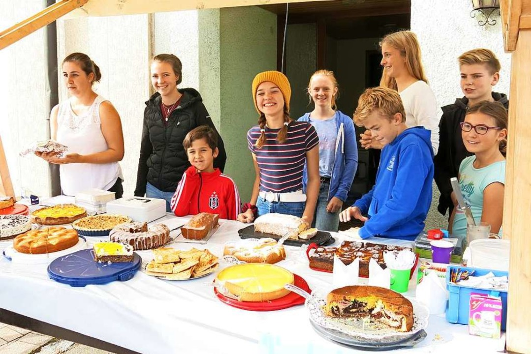 Mit einer Vielzahl von Kuchen warteten die jungen Mitglieder der DLRG auf.  | Foto: Erhard Morath