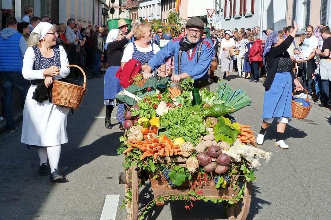 Buntes  Obst und Gemüse hatten Teilnehmer des Umzugs auf ihre Wagen geladen.  | Foto: Christine Weirich