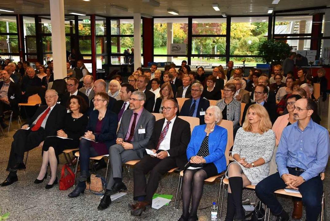 Aufmerksame Zuhörer beim Festakt: der ...des ersten Rektors (Sechste von links)  | Foto: Heinz und Monika Vollmar