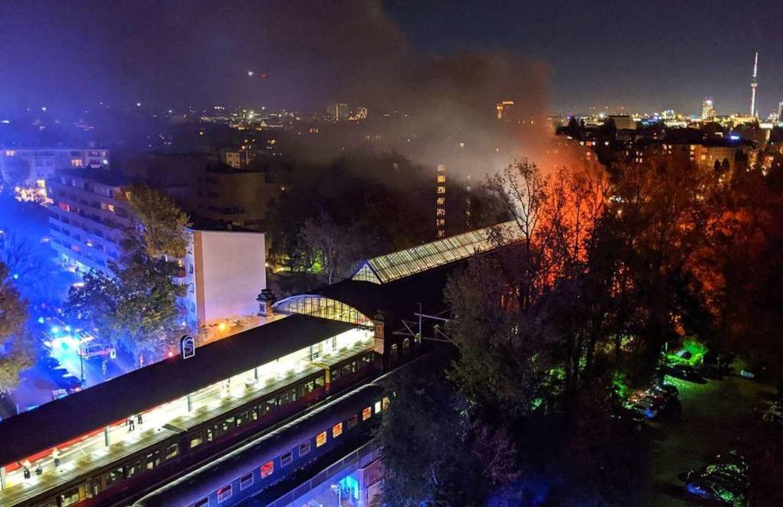 Flammen schlagen meterhoch aus dem Sonderzug der Fans des SC Freiburg.  | Foto: --- (dpa)