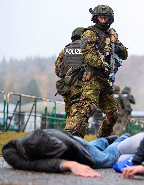 Polizei und Bundeswehr über großen Antiterroreinsatz  | Foto: Sebastian Gollnow (dpa)