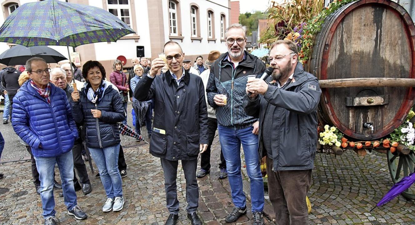 Mit neuem Wein stießen Ortsvorsteher H...m Ortskern Heimbachs auf die Kilwi an.  | Foto: Benedikt Sommer