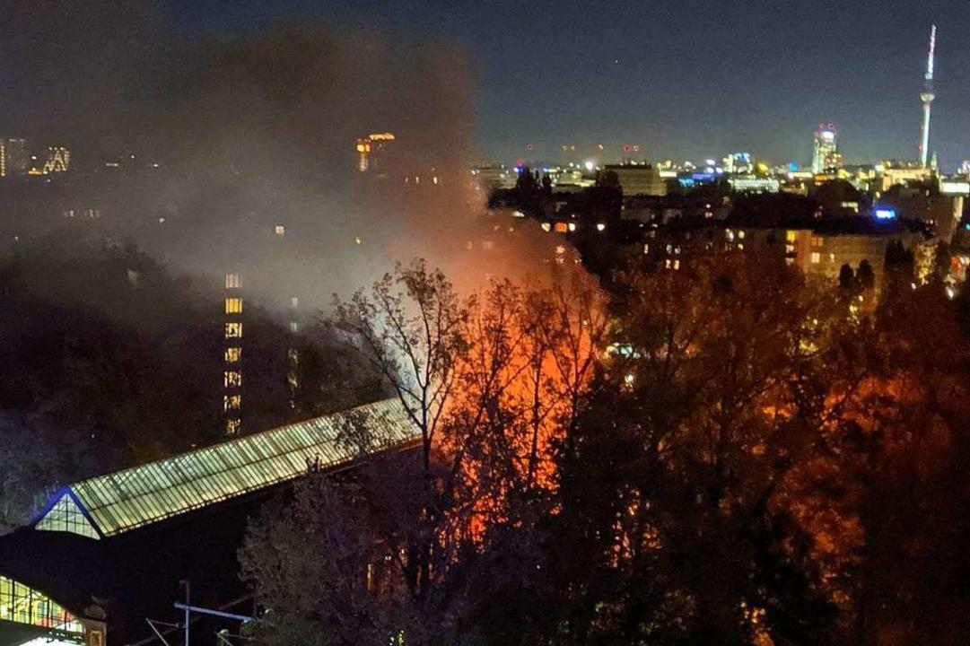 Wegen des Feuers im SC-Sonderzug in Be...ab es auch vier leicht verletzte Fans.  | Foto: --- (dpa)