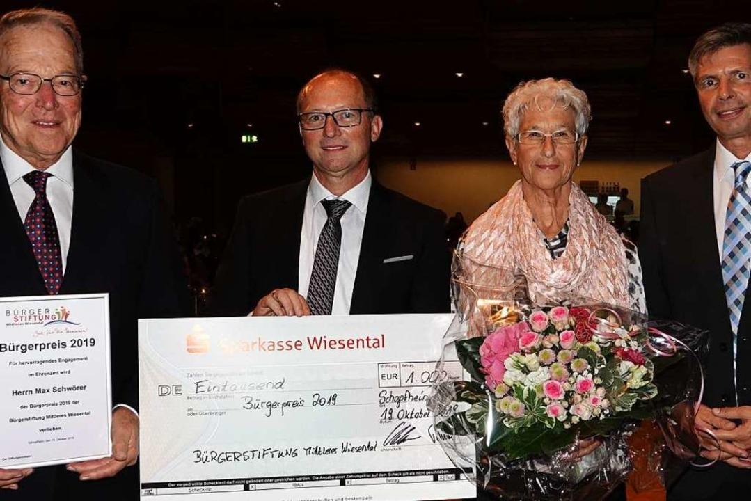 Preisträger Max Schwörer (links) schen...tbürgermeister Christof Nitz (rechts).    Foto: hege