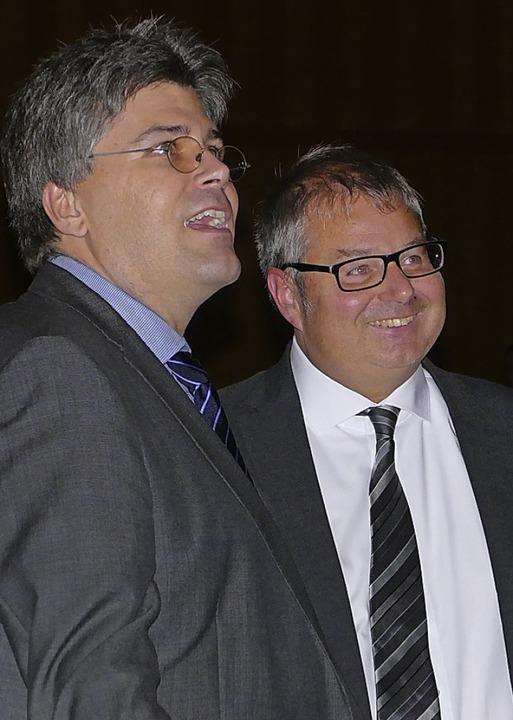 Landrat Martin Kistler (links) gratulierte zur Wiederwahl  | Foto: Hrvoje Miloslavic