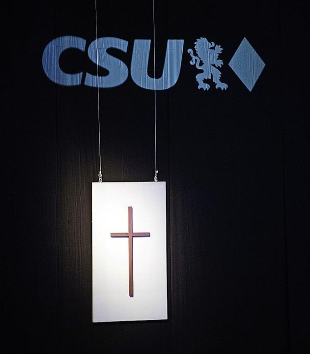 Das Kreuz mit dem Parteitag: Die Basis...91,3 Prozent wiedergewählt worden war.  | Foto: Lino Mirgeler (dpa)