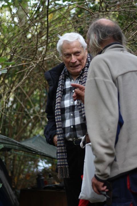 Günter Zi nnkann, 80,  geht seit fünf ...rteilt Essensgutscheine an Obdachlose.  | Foto: Joshua Kocher