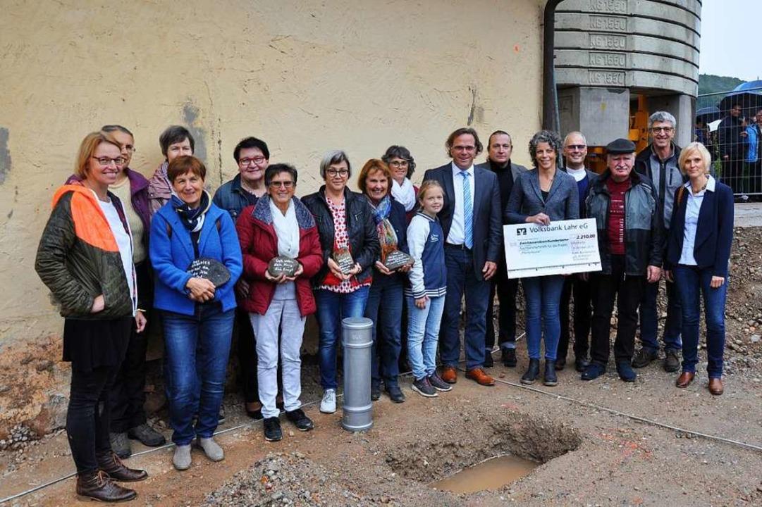 Viele Bürger sind an dem Projekt betei...nde des Kirchenchors entgegengenommen.  | Foto: Beate Zehnle-Lehmann
