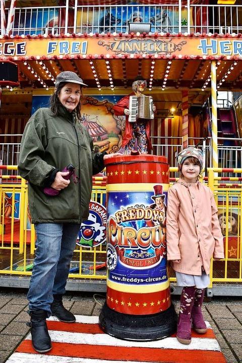 Regine Mez und ihre Enkelin Pauline vor Freddys Circus  | Foto: Thomas Kunz