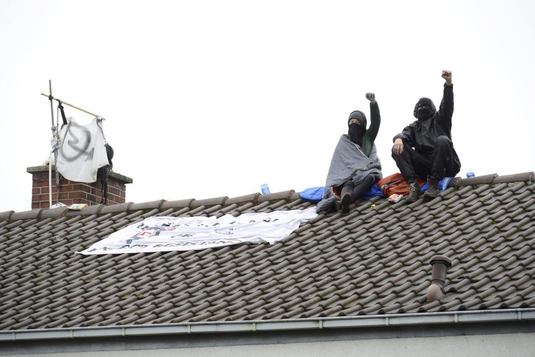 Zwei Besetzer auf dem Dach der Nummer 52 in der Fehrenbachallee  | Foto: Ingo Schneider