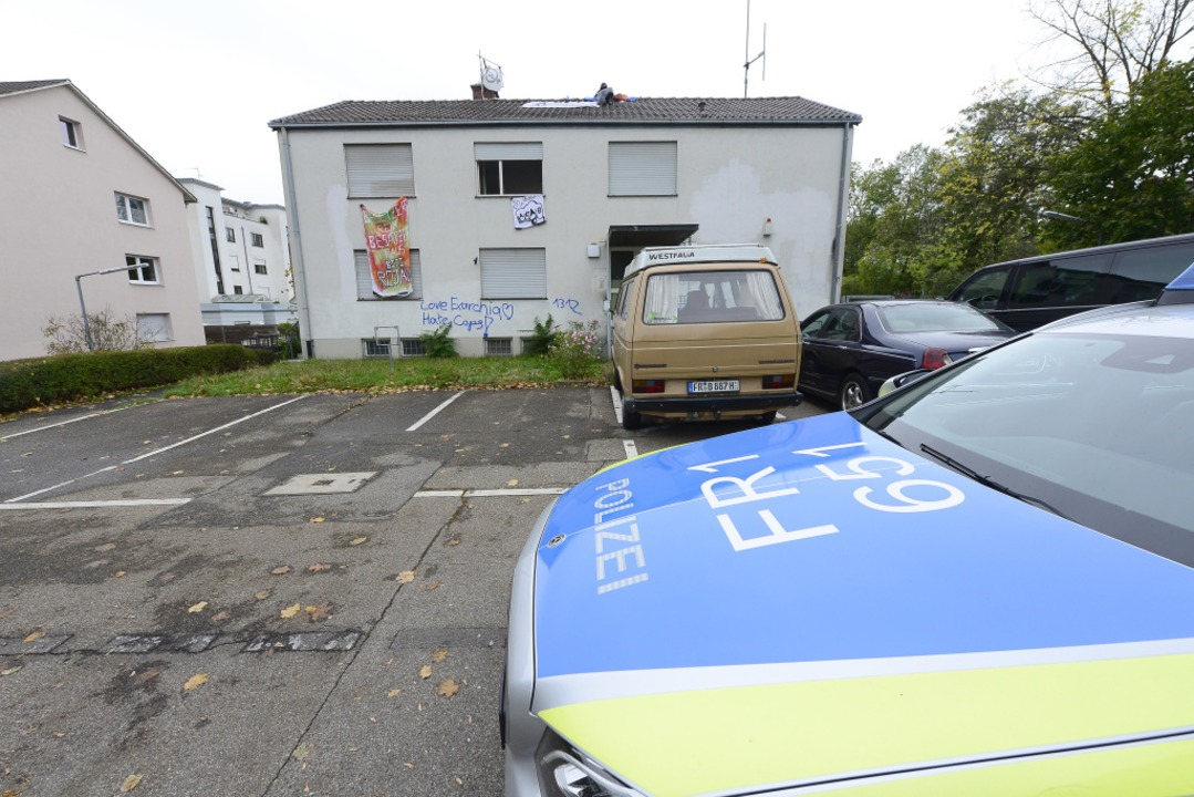 Die Freiburger Polizei steht vor dem besetzten Haus.  | Foto: Ingo Schneider