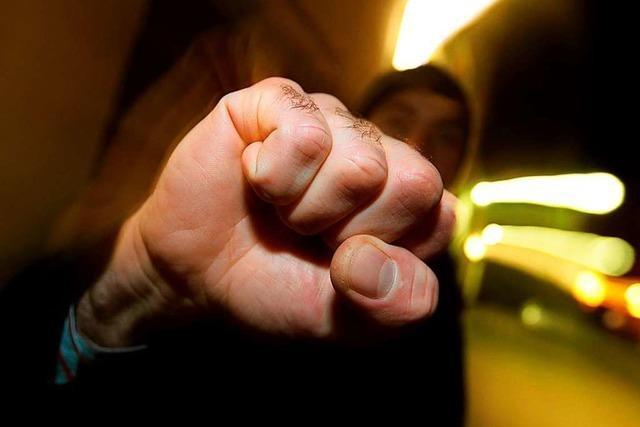 Unbekannte attackieren und verletzen 29-Jährigen vor Johanneskirche
