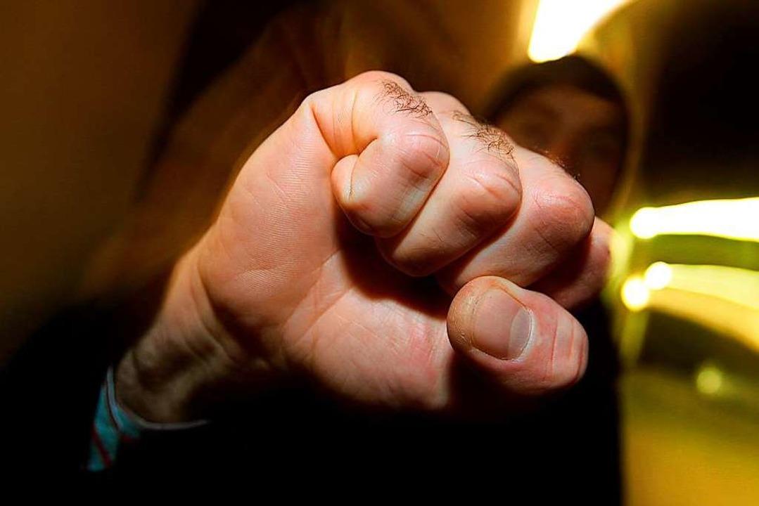 Drei Unbekannte haben einen 29-jährige...iert und schwer verletzt (Symbolbild).  | Foto: Karl-Josef Hildenbrand