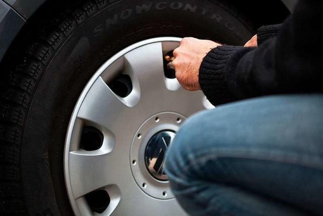 Unbekannte stehlen Vorderrad von geparktem Auto