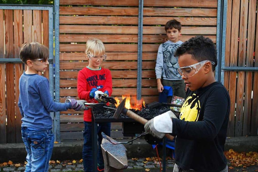 Sogar Eisen schmieden konnten die Kinder beim Herbstfest der Waldorfschule.  | Foto: Thomas Loisl Mink