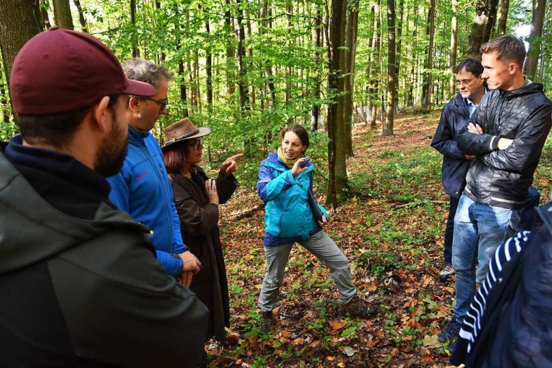 Revierförsterin Katrin Ernst erläutert...um den Gundelfinger Wald bestellt ist.  | Foto: Andrea Steinhart