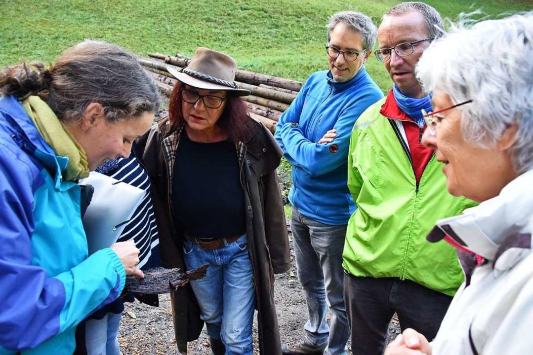 Revierförsterin Katrin Ernst zeigt bei...Borkenkäfern zerfressenes Rindenstück.  | Foto: Andrea Steinhart