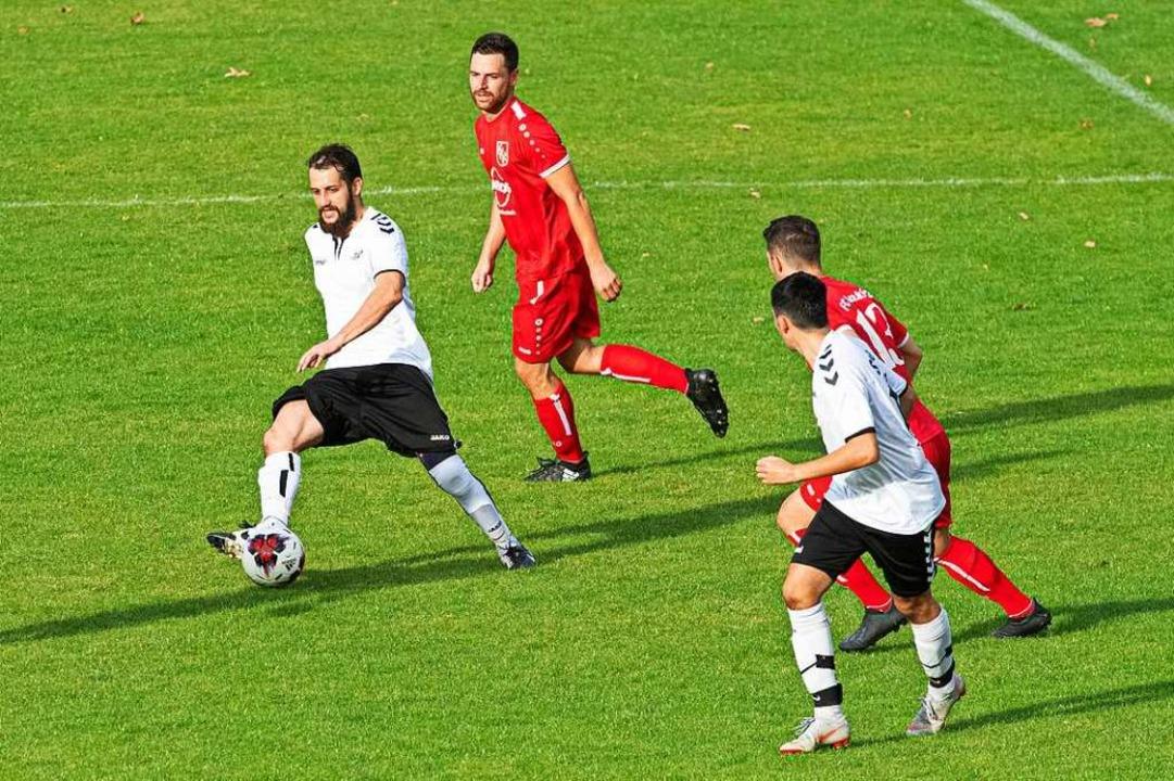 Saigs Fußballer, hier in weißen Trikot...in Bedrängnis und unterlagen  mit 0:4.  | Foto: Wolfgang Scheu