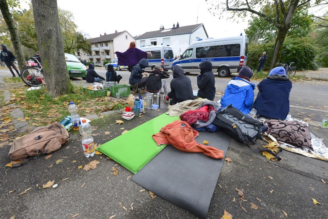 Mutmaßliche Sympathisanten der Besetzung vor der Fehrenbachallee 52  | Foto: Ingo Schneider