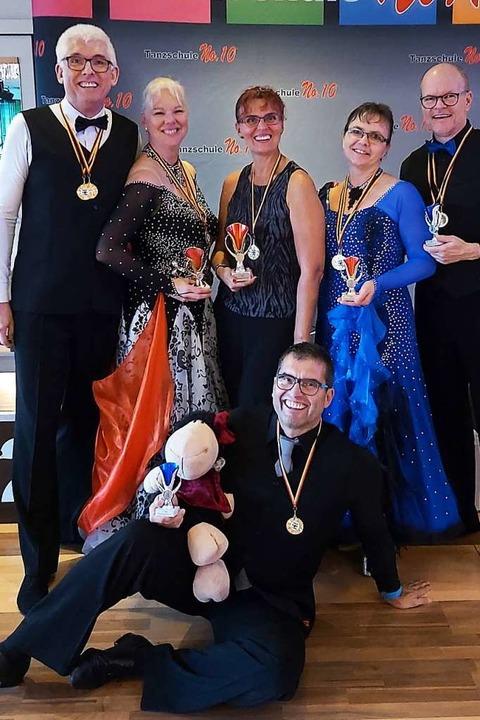 Erfolgreiche Tanzpaare der Tanzschule ...der Festhalle Kollnau ihre Tanzrunden.  | Foto: Tanzschule Waldkirch