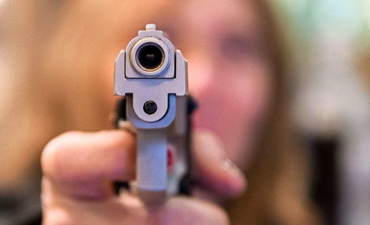 Der Täter soll eine Waffe gehabt haben.  | Foto: Boris Roessler