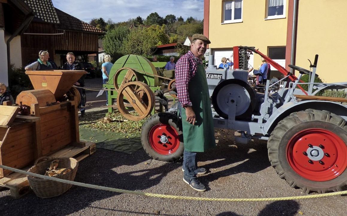 Altes Handwerk gab's auf der Han...inz Schneider den Hammel präsentierte.  | Foto: Brigitte Rüssel