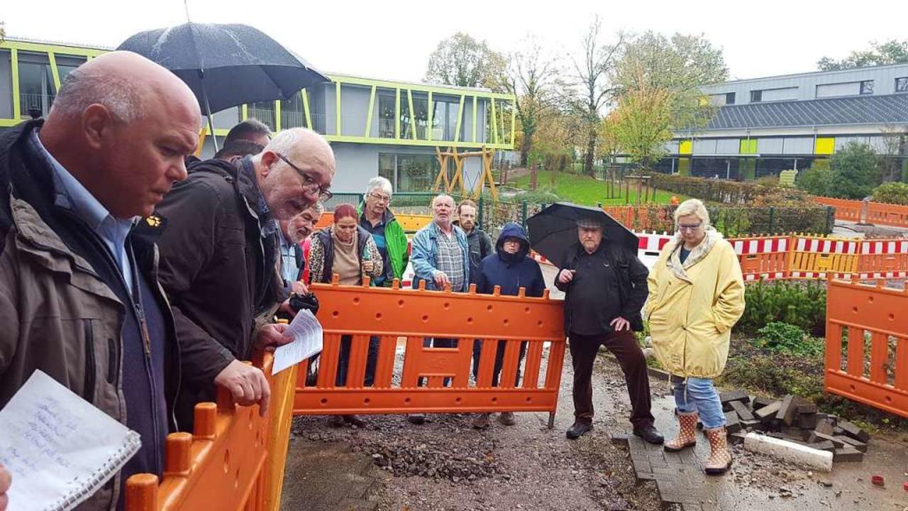 Die Laufenburger Stadträte informierte...ren die Stationen der Vor-Ort-Termine.  | Foto: Gerd Leutenecker