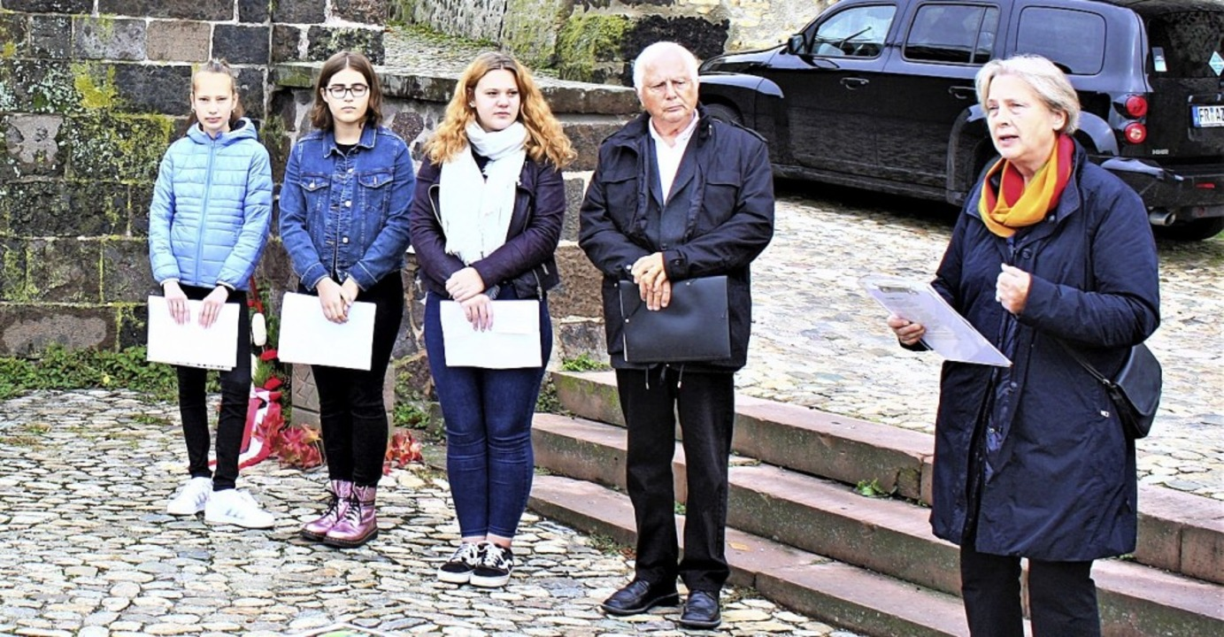 "Die Konfirmandinnen Alexandra Becker, ...s"" sprachen bei der Gedenkfeier.  | Foto: Laetitia Barnick"