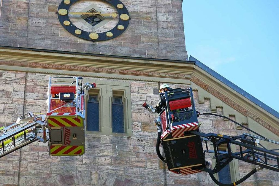 Chilbiprobe in Bonndorf: Spektakuläre und realitätsnahe Feuerwehrübung an der katholischen Kirche. (Foto: Erhard Morath)